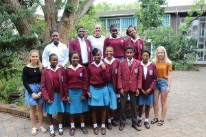 De ti nuværende scholarship-elever og os tre elever fra NGHF.