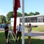 Laura Pejs Wernich Thomsen fra 3.y får som årets første student æren af at hejse flaget.