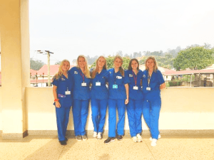 Mine medrejsende og jeg i vores hospitalsuniformer (Uganda)