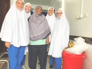 """Zanzibar er 98% af indbyggerne muslimer, og i slutningen af vores praktik skulle vi selvfølgelig lige prøve en """"khimar"""" hijab. På billedet ses også en af vores mentorer under praktikken."""