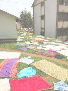 Den afrikanske måde at tørre tøj på, mens de venter på at blive tilset af en læge.