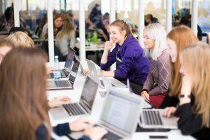 Baggrundsbillede af flere elever, der sidder ved deres computer