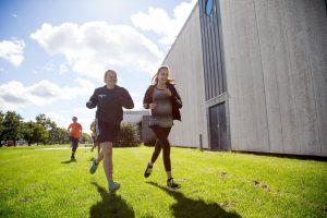 Baggrundsbillede af to elever der løber