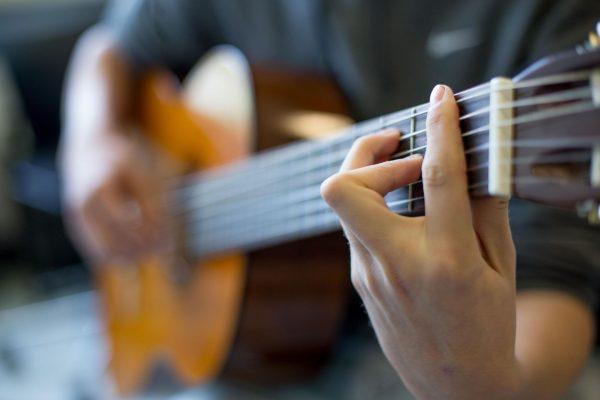 Baggrundsbillede af en elev, der spiller guitar